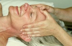 kvinde-modtager-ansigtsmassage