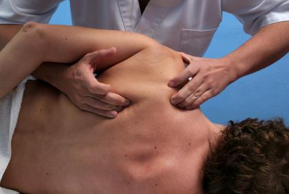 klient-modtager-skulder-massage